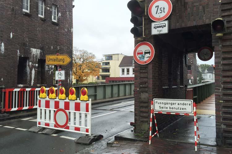 Die Cäcilienbrücke wird erneut einer Bauwerksprüfung unterzogen.