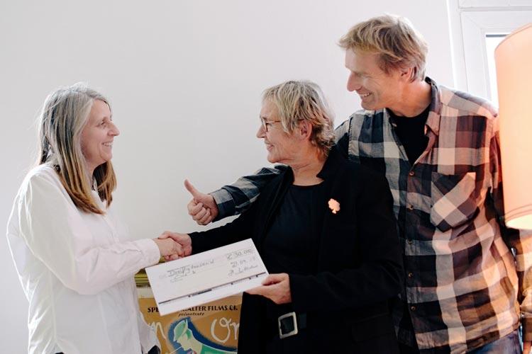 Marion Fittje und Wolfgang Bruch vom Cine k freuen sich über das Engagement des Förderkreises für das Cine k Oldenburg. Die Förderkreis-Vorsitzende Helga Wilhelmer übergab einen symbolischen Scheck mit der Spendensumme von 30.000 Euro.