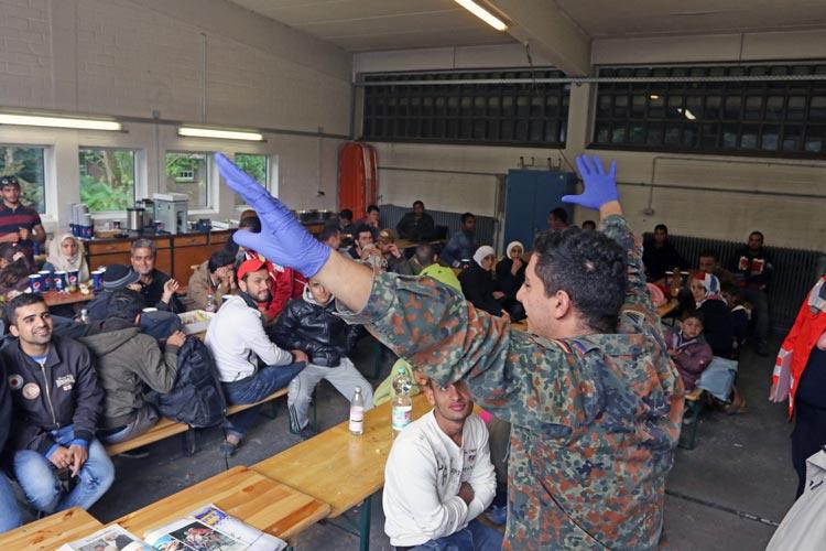 Insgesamt 700 Flüchtlinge werden ab morgen auf andere Unterkünfte verteilt.