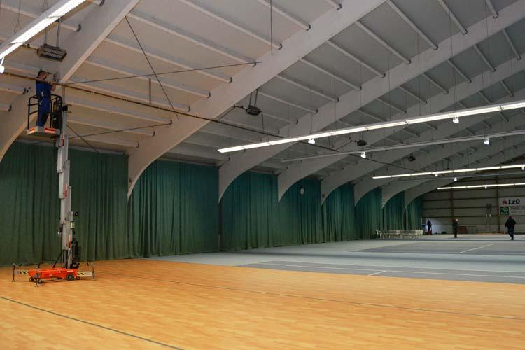 Die Halle des Post SV wird vorbereitet, ein Teil ist als Aufenthaltsfläche vorgesehen.