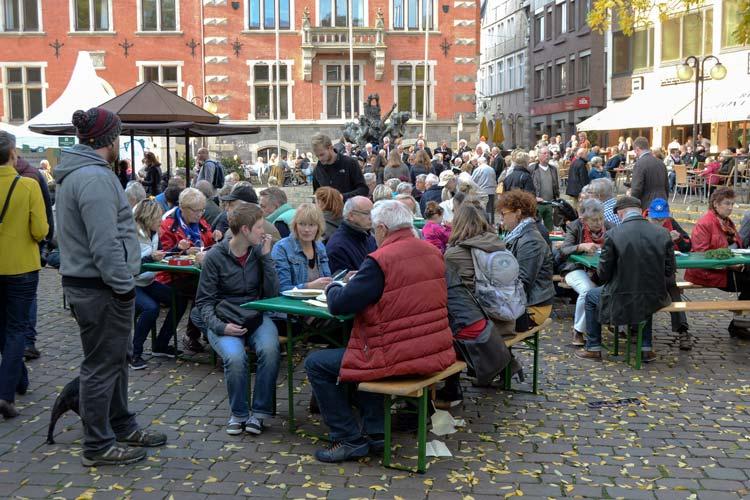 Hallo Grünkohl heißt es wieder am 1. November, wenn Oldenburg den Start in die Grünkohlsaison feiert. Die Oldenburger Palme in zahlreichen Variationen, Informationen zu dem gesunden Wintergemüse und ein buntes Unterhaltungsprogramm werden ab 12 Uhr geboten.
