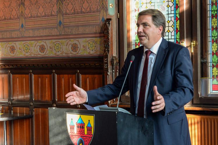 Oberbürgermeister Jürgen Krogmann bei seinem Amtsantritt im Oldenburger Rathaus.