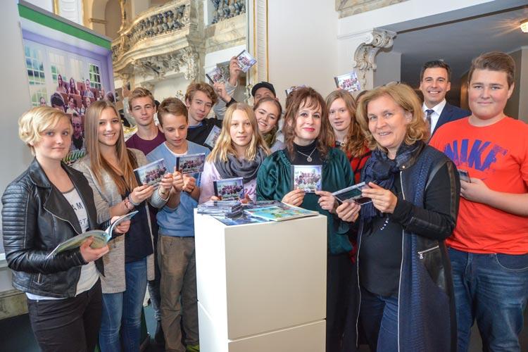 tolze KlangHelden präsentieren ihre RAP-CD in Gegenwart von Regina Peters und Kulturamtsleiterin Christiane Cordes.