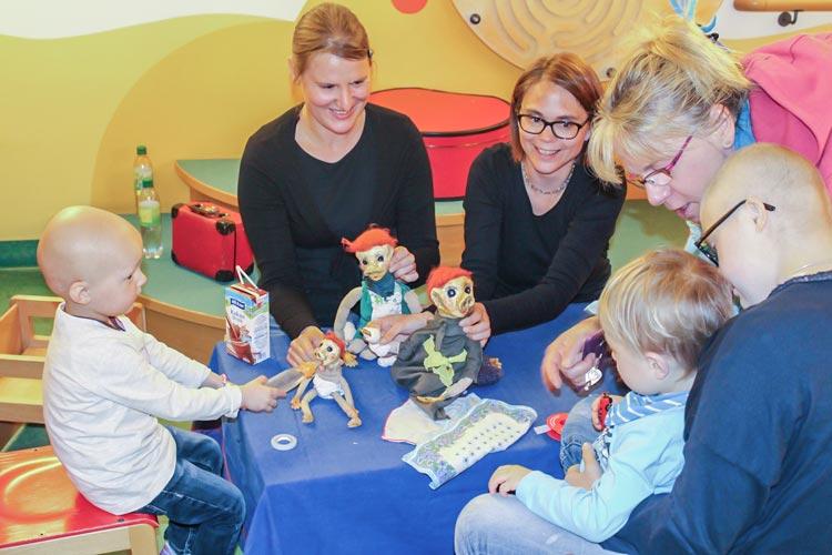 Die Puppenspielerinnen Annekathrin Stauß mit Rufus und Julia Warneke mit Rossa verkürzen der dreijährigen Anna, dem zweijährigen Theo und der 15-jährigen Hanna die Wartezeit in der onkologischen Ambulanz des Klinikums Oldenburg.
