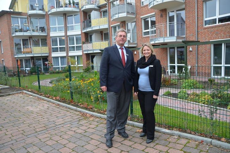 Joachim Buchwald und Ilona Goldbach vor dem CelaVie-Gebäude planen ein neues Wohnmodell für Ältere.