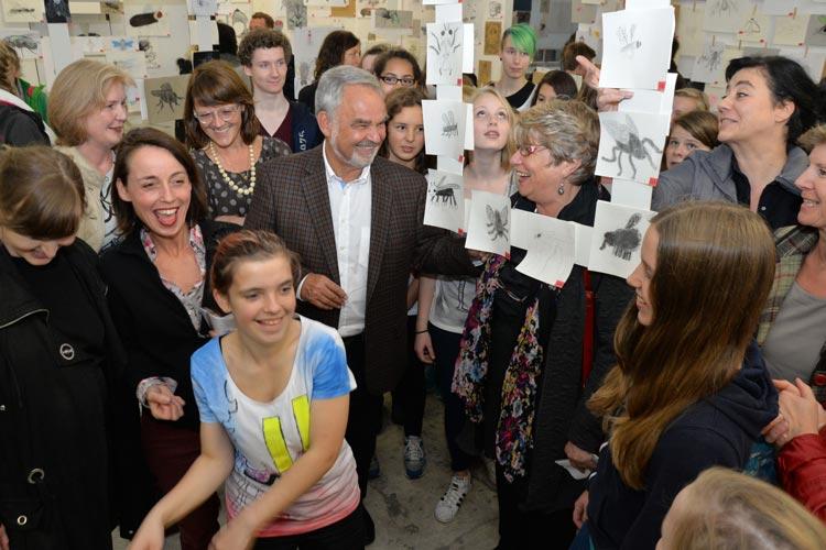 Das 5. Oldenburger Zeichenfestival ausgezeichnet steht ganz im Zeichen der Schwarmkunst. In der bau_werk Halle am Pferdemarkt werden noch bis Samstag, 10. Oktober, die Ergebnisse aus zehn Projekten präsentiert.