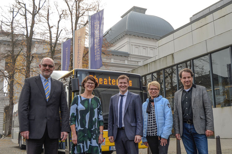 Michael Emschermann (VWG), Susanne Menge (VWG-Aufsichtsrat, MdL), Christian Pundt (Gemeinde Hatten), Marianne Vieler-Bargfeldt (Kulturbeauftragte der Gemeinde Hatten) und Christian Firmbach (Oldenburgisches Staatstheater) vor dem Theaterbus.