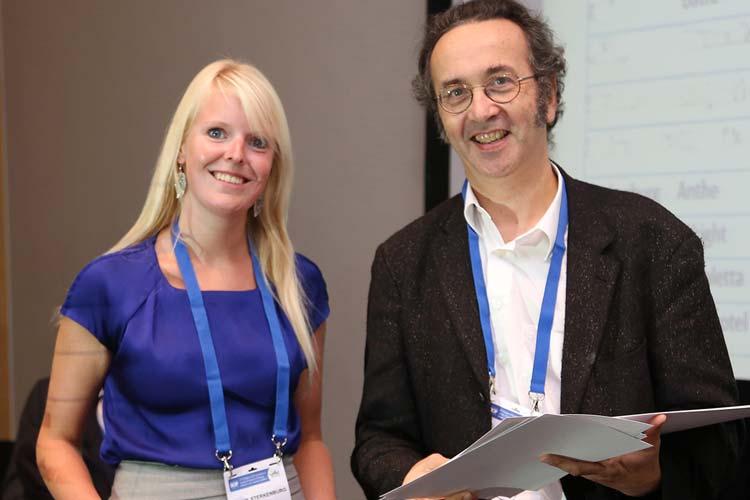 Anthe Sterkenburg nahm die Urkunde von François Doz, Vorsitzender des Wissenschaftlichen Komitees der SIOP, entgegen.