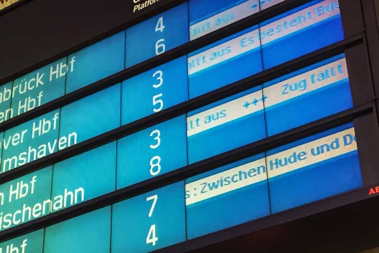 Nach der Kollision einer Regionalbahn mit einem Sattelschlepper am Bahnübergang Schierbrok dauern die Arbeiten vermutlich bis Montag an.