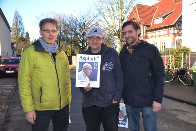 Volker Macke, Olaf S. und Reent Stade (von links) stellten das neu aufgemachte Straßenmagazin Asphalt vor.