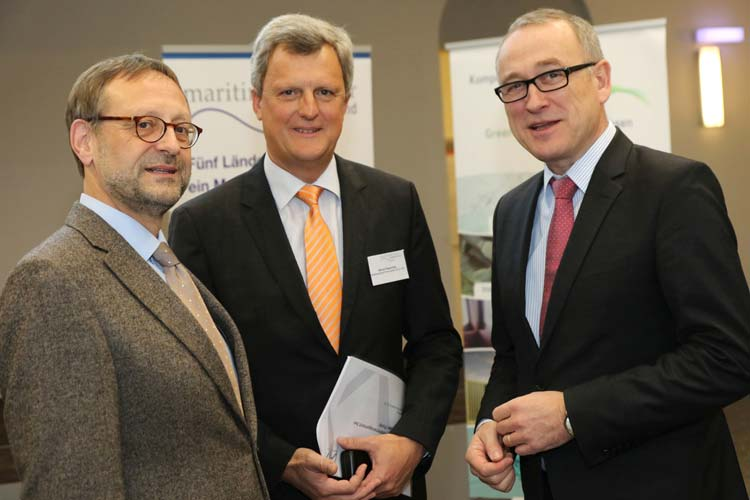 Manfred Weisensee, Präsident der Jade Hochschule, begrüßte die beiden Vortragenden Klaus Holocher von der Jade Hochschule und Werner Repenning von N-Ports beim Forum Maritim.
