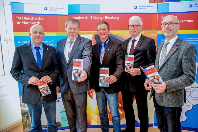 Dirk Borchers, Manfred Kurmann, Harald Borchers, Klaus Hurling und Heiko Henke freuen sich über das robuste Handwerk im Oldenburger Land.