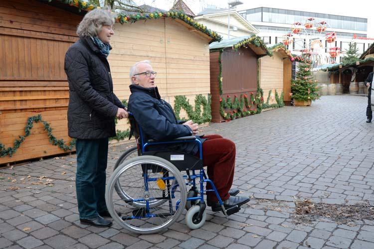 Die Stadtführer Irmtraud Eilers und Gerhard Kindl testeten mit einem Rollstuhl das Innenstadtpflaster.