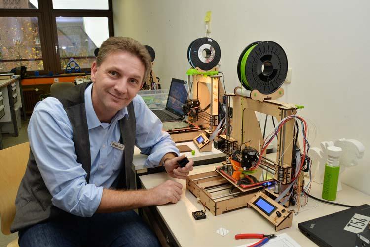 Lehrer Rainer Lüllmann vom Bildungszentrum Technik und Gestaltung Oldenburg setzt 3D-Drucker im Unterricht ein. Beim Verein Kreativität trifft Technik wurden zahlreiche neue Ideen für Projekte entwickelt.