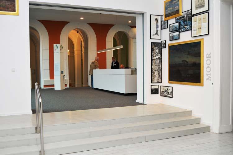 Vom Eingang aus fällt der Blick der Besucher direkt auf den Empfang des Landesmuseum Natur und Mensch.