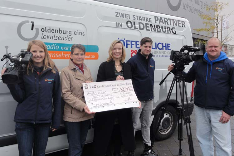 Die LzO überreichte einen Scheck über 3600 Euro an den Lokalsender oeins, um die Sportredaktion bei der Umstellung auf SDI zu unterstützen.