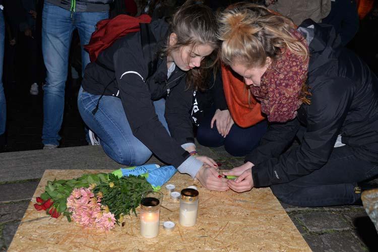 Im Anschluss an die Rede wurden Kerzen angezündet und aufgestellt, Blumen wurden abgelegt.