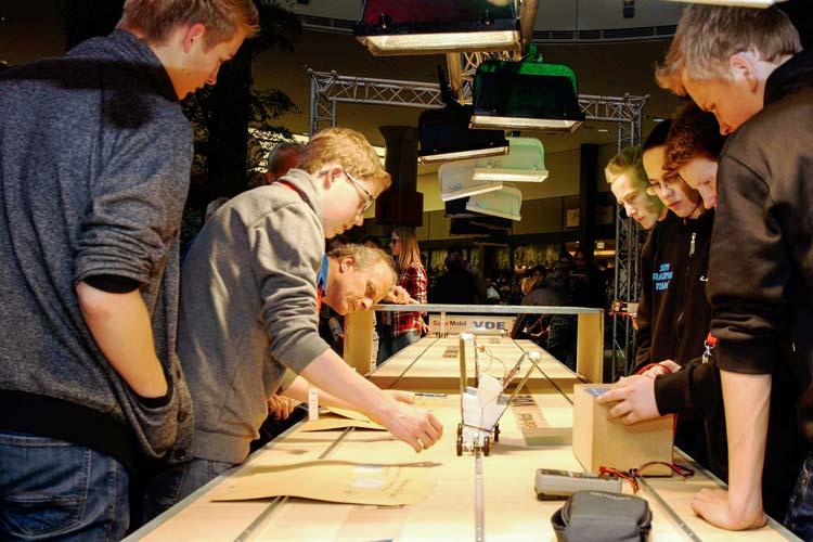 Der 3. Oldenburger SolarCup startet am Samstag, 14. November, im famila Einkaufsland Wechloy. Erneut werden 40 Azubi-, Schüler- und Freie Teams die Rennbahn mit selbstgebauten Solarmobilen zum Glühen bringen.
