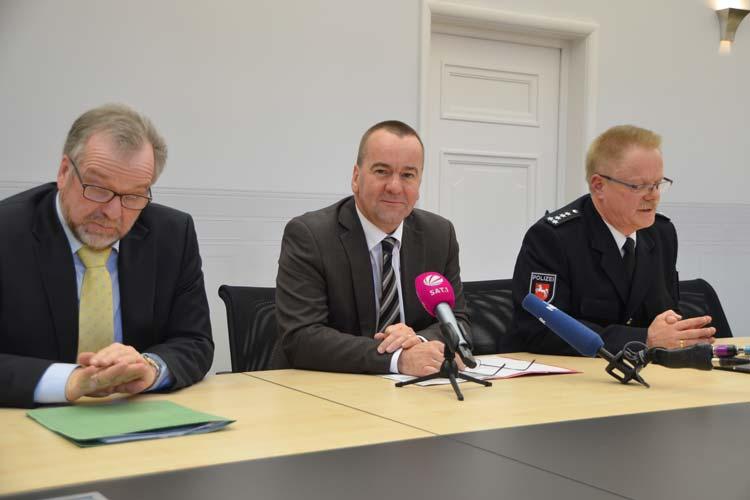 Polizeipräsident Johann Kühme, Innenminister Boris Pistorius und Norbert Münch, Leiter des Einsatz- und Streifendienstes der Citywache Oldenburg (von links) stellten das Tablet vor.