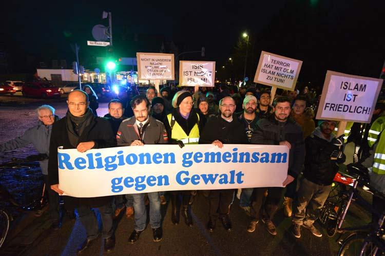 Unter dem Motto Religionen gemeinsam gegen Gewalt trafen sich 500 Bürger in Oldenburg, um sich vom Missbrauch der Religionen zu distanzieren.