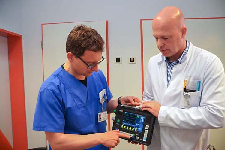 Dr. Rüdiger Franz und Dr. Claus Lüers vom Telemedizin Netzwerk des Klinikums Oldenburg zeigen das intelligente Endgerät, mit dem die Verbindungen zwischen Patient und Arzt hergestellt werden.