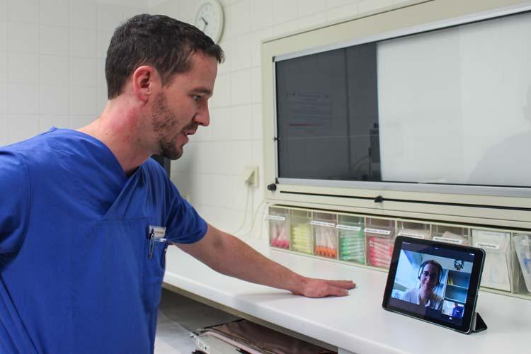 Matthias Grüßing, Pflegerische Teamleitung in der Notfallaufnahme des Klinikums Oldenburg, hat innerhalb weniger Sekunden eine Dolmetscherin zugeschaltet. Ab sofort besteht im Klinikum diese Möglichkeit, um die Verständigung mit den Flüchtlingen zu optimieren.