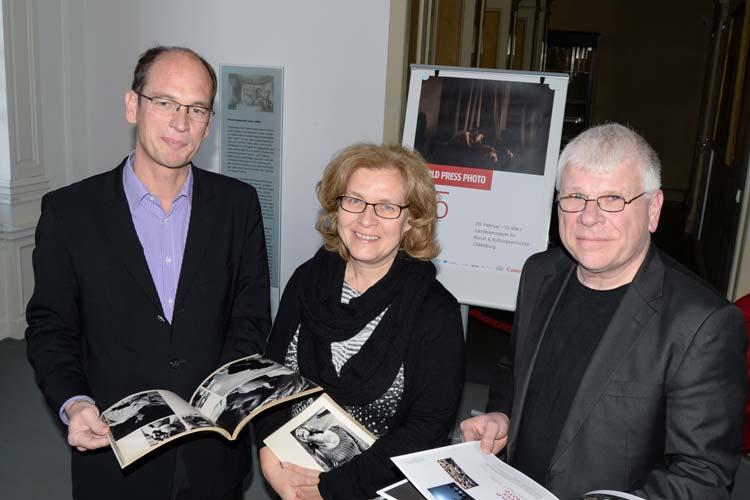 Für Dr. Rainer Stamm ist die Ausstellung eine Jugenderinnerung. Als Fotohistoriker hat er die ersten Kataloge von World Press Photo in seiner Sammlung. Er, Christiane Cordes und Claus Spitzer-Ewersmann wünschen sich, die Ausstellung regelmäßig in Oldenburg zeigen zu können.