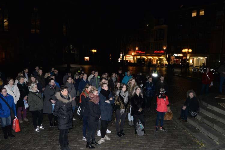 Rund 100 Oldenburgerinnen und Oldenburger folgten dem Aufruf ein Zeichen gegen Terror zu setzen.