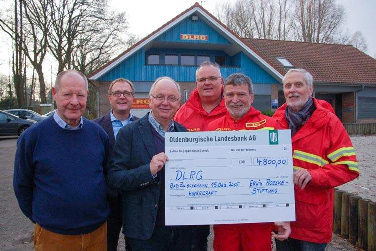Vertreter der Erwin-Roeske-Stiftung übergaben einen symbolischen Scheck in Höhe von 4800 Euro für ein neues DLRG-Luftkissenboot in Bad Zwischenahn.