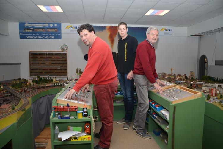 Nur zu dritt können Bernd Schmadel, Tanno Witting und Peter Strop auf dem Leitstand die komplette Modelleisenbahn mit ihren 45 Zügen bedienen.