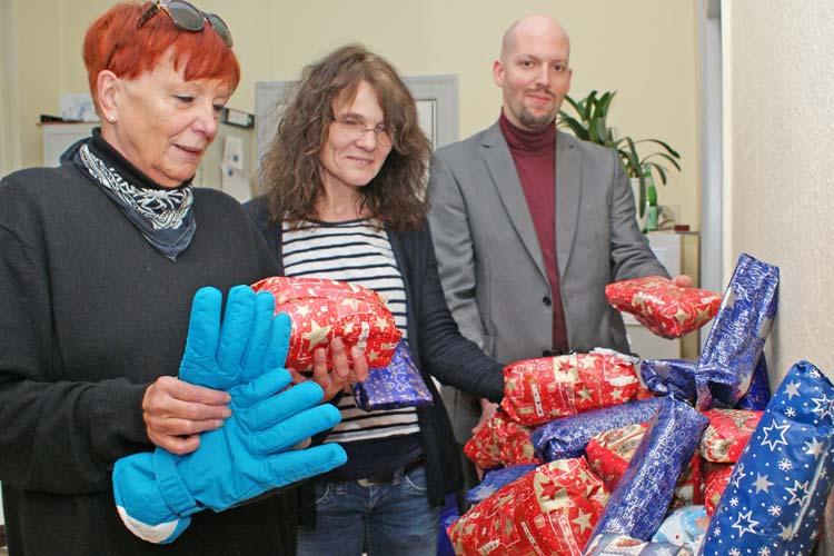 Ein Tisch reicht für die große Zahl der Geschenke an Wohnungslose nicht aus. Marikka Trepte-Mittelstaedt und Christoph Mittelstaedt übergaben die Geschenke an Reinhild Hagedorn vom Tagesaufenthalt der Diakonie Oldenburg.