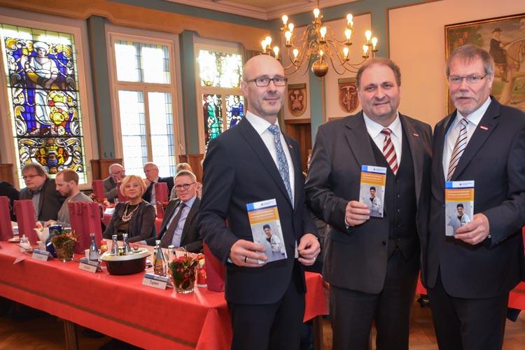 Heiko Henke und Manfred Kurmann begrüßten Hans Peter Wollseifer als Gastredner bei der Vollversammlung der Handwerkskammer Oldenburg.