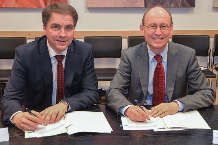 Jürgen Krogmann und Hans Michael Piper unterzeichneten einen Kooperationsvertrag zur Stärkung der akademischen Gründungsförderung in Oldenburg.