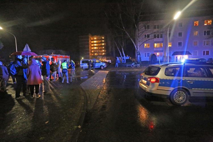 Die 32-jährige Bewohnerin eines Mehrfamilienhauses in der Kennedystraße hat gestern auf Facebook mit einem erweiterten Suizidversuch gedroht. Rund 60 Bewohner des Miethauses wurden in Sicherheit gebracht.
