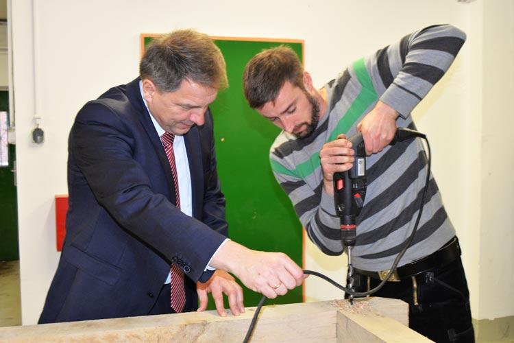 Zimmermann Nils Timme, Leiter der Holzwerkstatt, bat Oberbürgermeister Jürgen Krogmann um seine Hilfe.