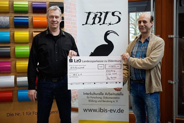 Jörg Hatscher (Geschäftsführer INTAX / Hatscher) und Uwe Erbel (Geschäftsführer IBIS e.V.) bei der symbolischen Scheckübergabe.
