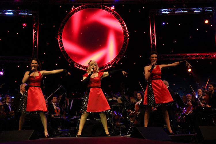 Die drei Damen von Sweet Sugar Swing laden zur Ho Ho Ho – Swingin' Santa is coming to Oldenburg am 21. Dezember ins Oldenburgische Staatstheater.