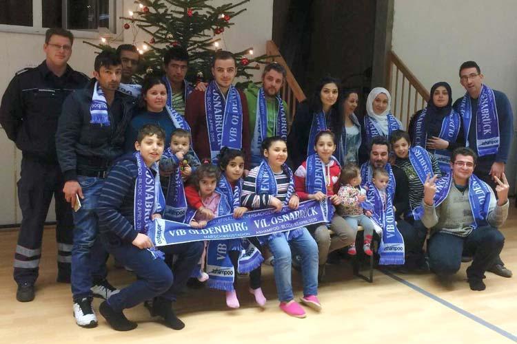 Weihnachtliche Grüße an den VfB Oldenburg schickten die Flüchtlinge aus der Notunterkunft in Alexandersfeld und Einrichtungsleiter Björn Funk von den Johannitern.
