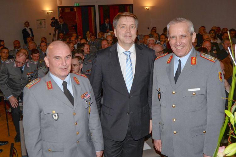 Oldenburgs Oberbürgermeister Jürgen Krogmann begrüßte beim Empfang des Stabes der 1. Panzerdivision der Bundeswehr Generalleutnant Carsten Jacobsen und Generalmajor Johann Langenegger.