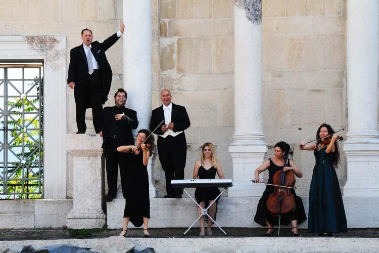 Mit einer musikalische Rundreise werden die Gäste bei Die himmlische Nacht der Tenöre durch die große Welt der Oper geführt. Die Highlights der klassischen Musik werden in Oldenburg zu hören sein.