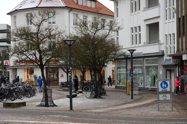 Neue Bäume, die mit Spots in Szene gesetzt werden, sollen den Anblick des Julius-Mosen-Platzes aufwerten.