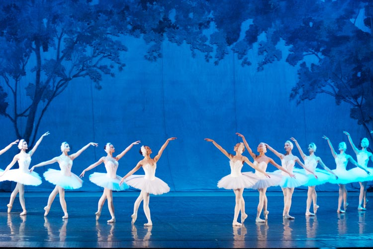 Das Russische Nationalballett tanzt Schwanensee.