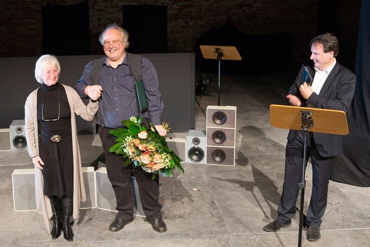 Kammerschauspielerin Elfi Hoppe, Kammerschauspieler Thomas Lichtenstein und Generalintendant Christian Firmbach bei der Ernennung in der Exerzierhalle.