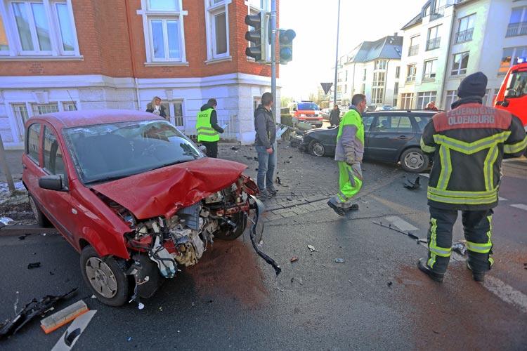 Bei einem schweren Verkehrsunfall im Oldenburger Stadtteil Donnerschwee wurden eine Frau aus Altenkirchen und ein Mann aus Rastede verletzt.