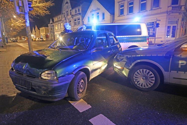 Der Fahrer des Opel Corsa konnte nach eine Verfolgungsfahrt in Oldenburg an der Nadorster Straße gestellt werden.