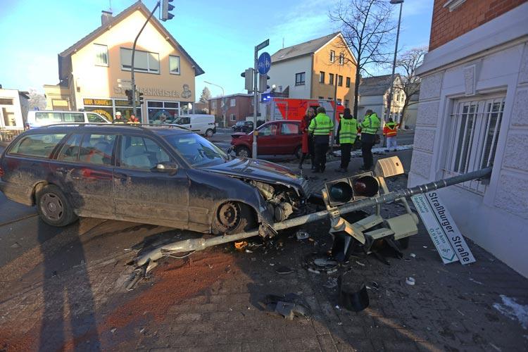 Beide Fahrzeuge und eine Ampelanlage wurden bei dem Unfall auf der Donnerschweer Straße in Oldenburg stark beschädigt.