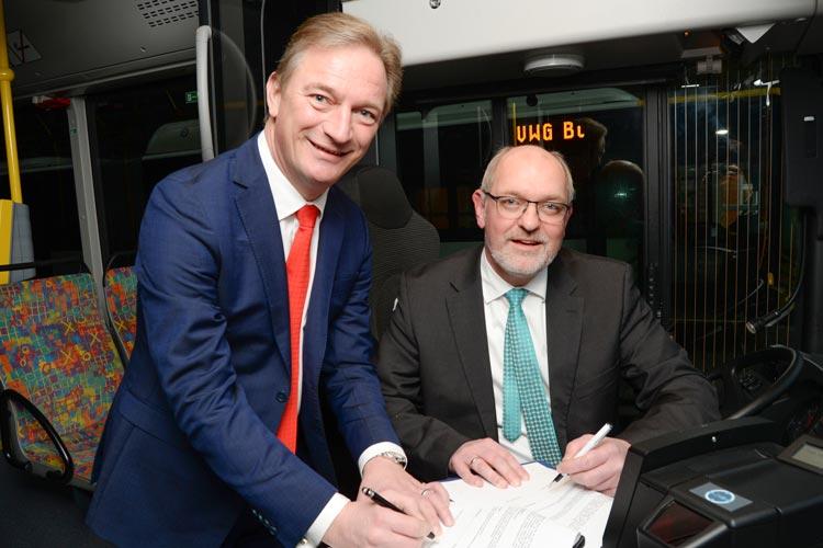 Der EWE-Vorstandsvorsitzende Matthias Brückmann und VWG-Geschäftsführer Michael Emschermann unterzeichneten gestern den Kooperationsvertrag.