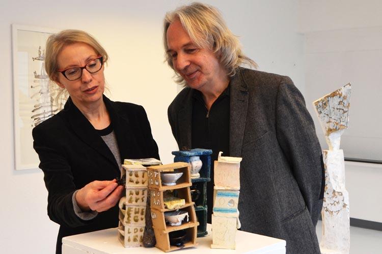 Beate Anneken und Wolfgang Heppner von der Werkschule Oldenburg vor einem Kunstwerk von Martin McWilliam.