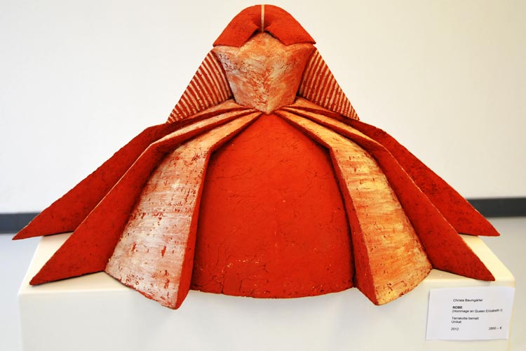 Die Robe heißt dieses Werk von Christa Baumgärtel, das am Tag der offenen Tür der Werkschule zu sehen ist.