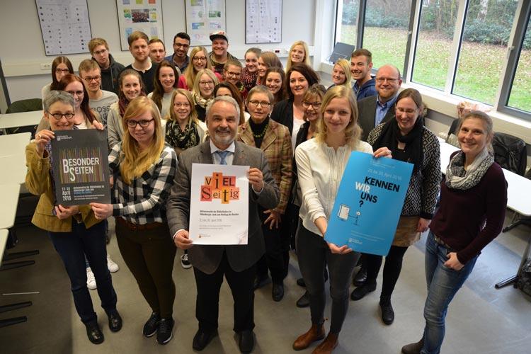 Landschaftspräsident Thomas Kossendey präsentiert den Siegerentwurf von Anne Prellberg, die beim Fototermin nicht anwesend war. Wiebke Himmel und Anna Lena Idel nahmen die Gratulationen der Lehrkräfte und der anderen Teilnehmer entgegen.